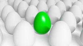 grünes-osterei-unter-weißen-eiern-27180228