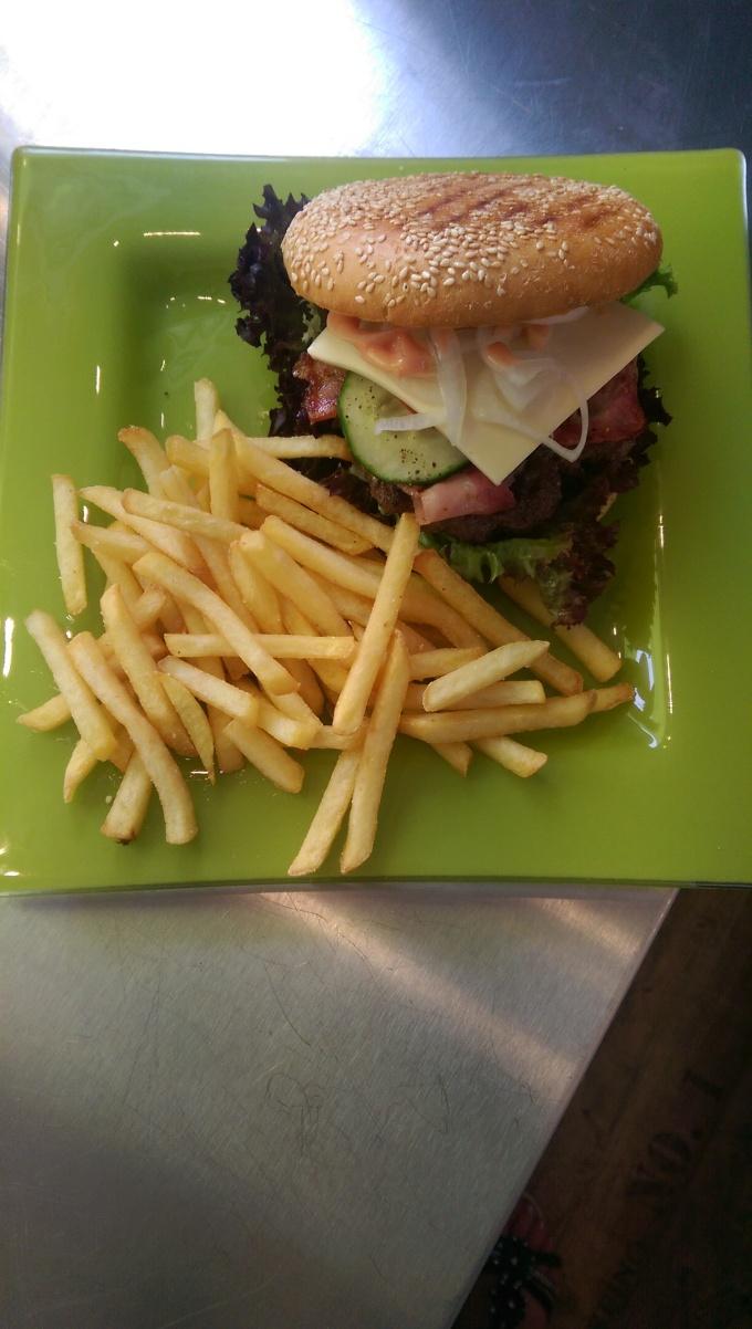Big Burger mit Bacon und Käse plus Pommes