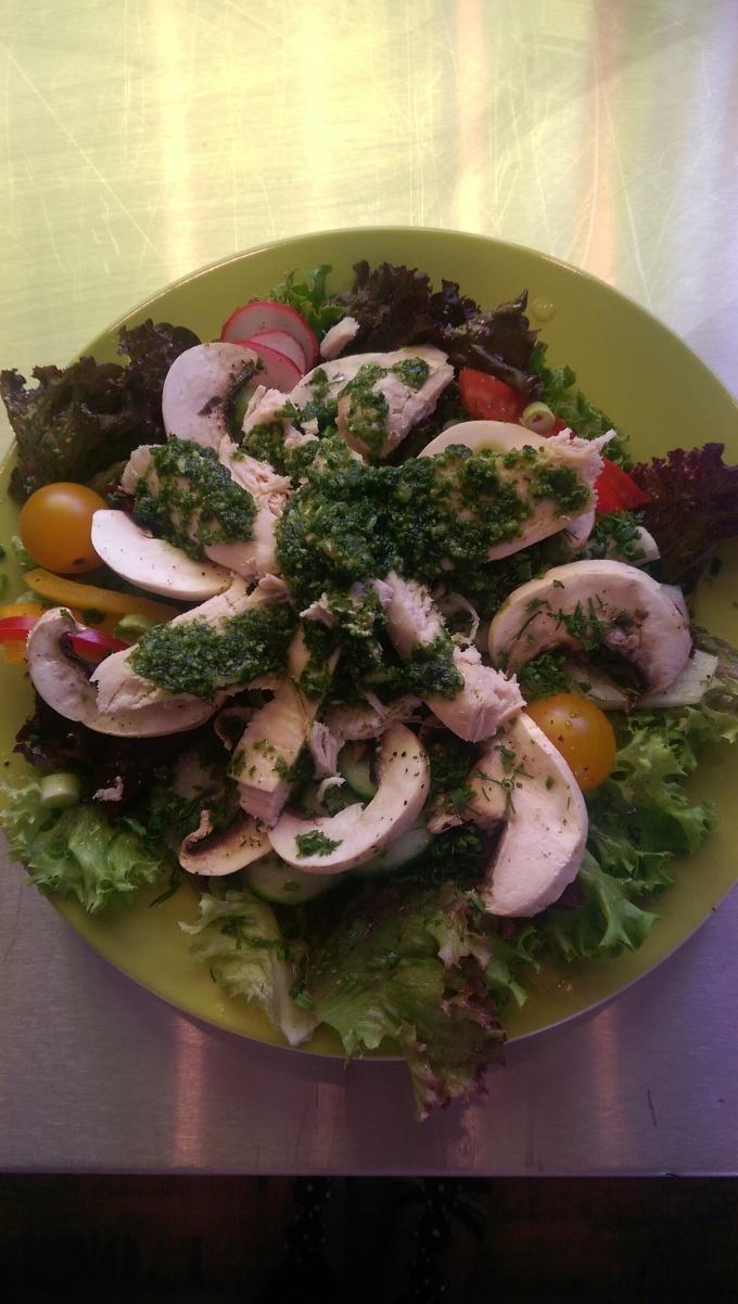 Mittagstisch Champignonsalat mit Hähnchenbrust und Kräuterpesto