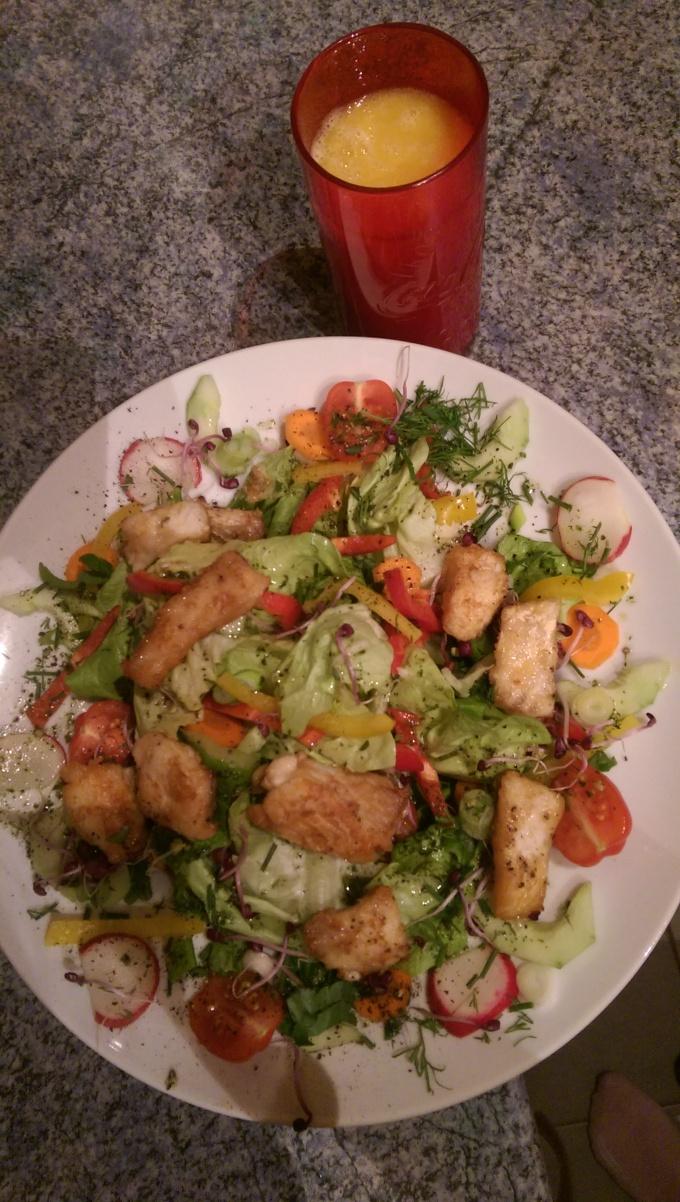 fruhlingspower-salat-mit-zanderfilet-und-smoothie